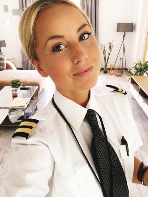 Nữ phi công phải đóng tài khoản Instagram vì quá xinh đẹp - 1