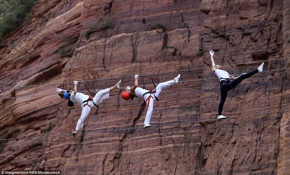 Màn trình diễn yoga tập thể cực liều và cực đẹp trên vách núi - 1