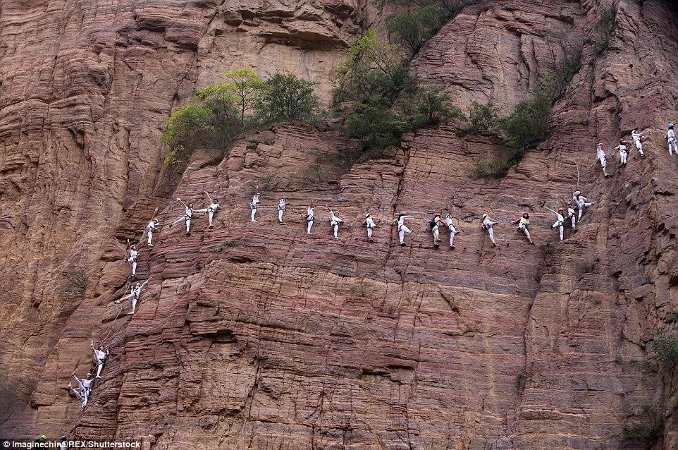 Màn trình diễn yoga tập thể cực liều và cực đẹp trên vách núi - 2