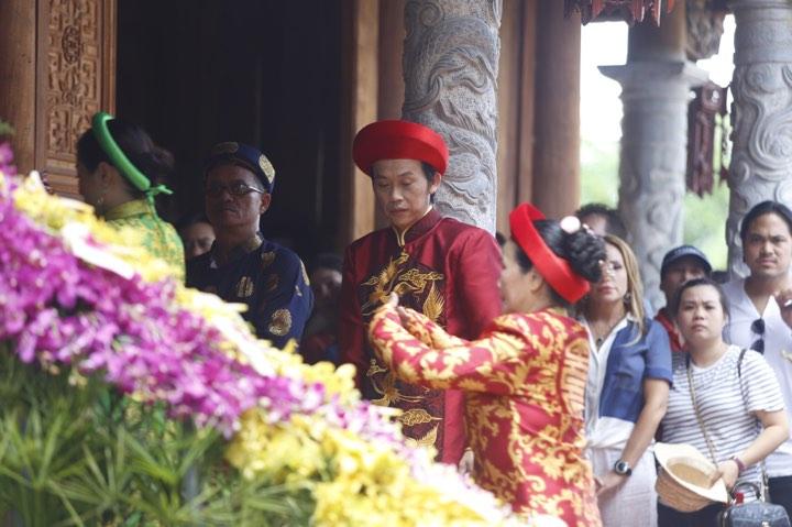 Phương Mỹ Chi và cô Út cùng về đền thờ Tổ của Hoài Linh xin lộc - 1