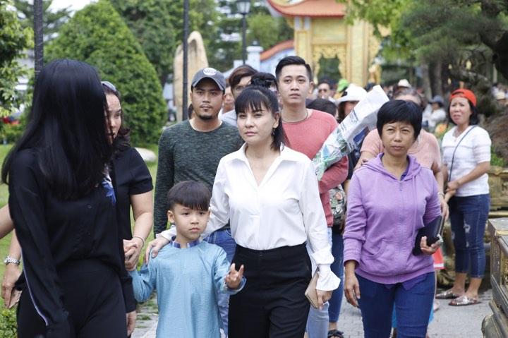 Phương Mỹ Chi và cô Út cùng về đền thờ Tổ của Hoài Linh xin lộc - 3