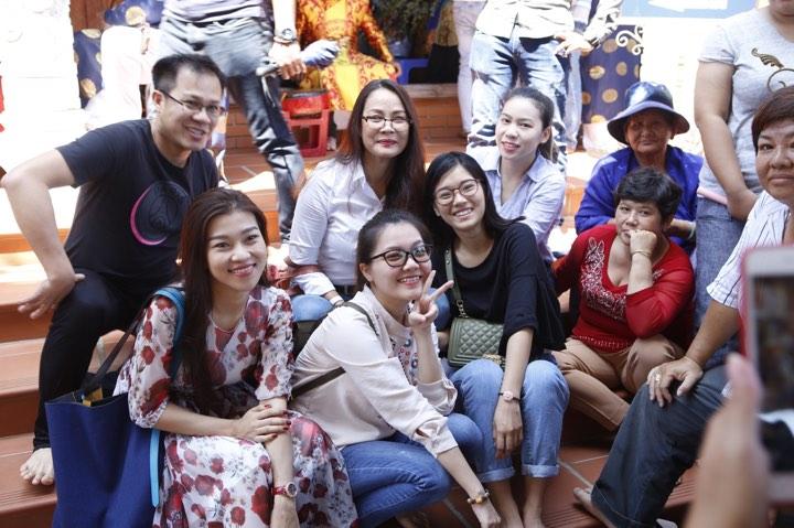 Phương Mỹ Chi và cô Út cùng về đền thờ Tổ của Hoài Linh xin lộc - 11