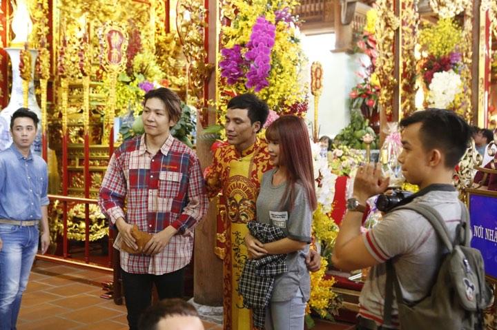 Phương Mỹ Chi và cô Út cùng về đền thờ Tổ của Hoài Linh xin lộc - 14