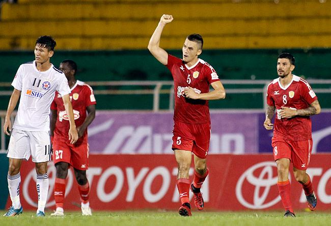 """Sếp Công Vinh khóc thét với """"Lukaku của V-League"""" - 2"""