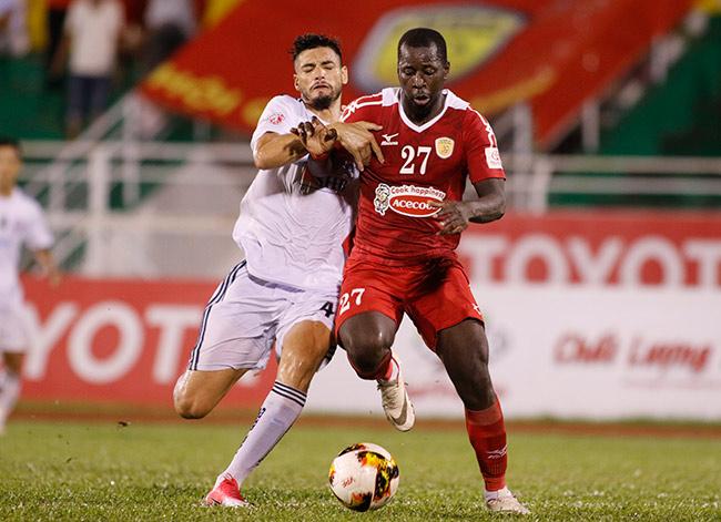 """Sếp Công Vinh khóc thét với """"Lukaku của V-League"""" - 6"""