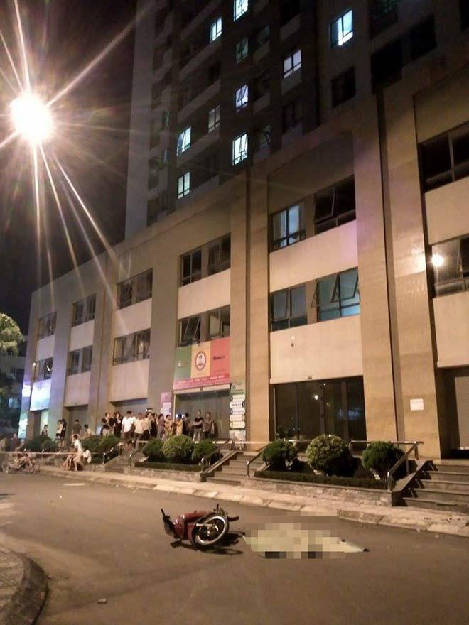 Hà Nội: Cô gái trẻ rơi từ tầng 25 xuống suýt trúng người đi xe máy - 1