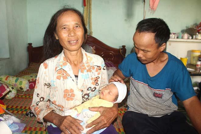 Niềm vui bất ngờ của vợ chồng hiếm muộn nhặt được trẻ sơ sinh bị bỏ rơi - 1