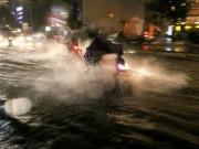 """Tin tức trong ngày - Có """"quái vật"""" hút nước, đường phố SG vẫn thành """"sông"""" sau cơn mưa"""