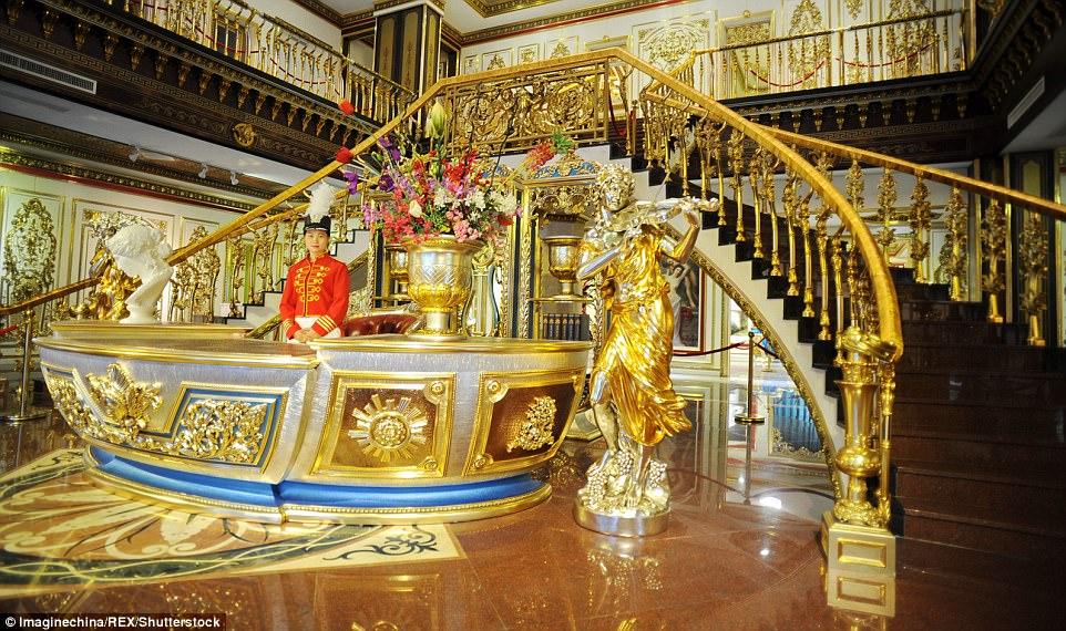 """Choáng ngợp nội thất xa hoa  bên trong """"cung điện Versailles"""" ở Trung Quốc - 1"""