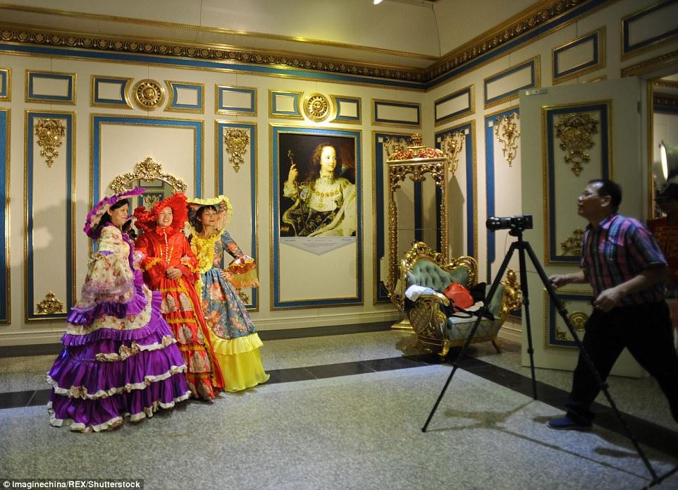 """Choáng ngợp nội thất xa hoa  bên trong """"cung điện Versailles"""" ở Trung Quốc - 9"""