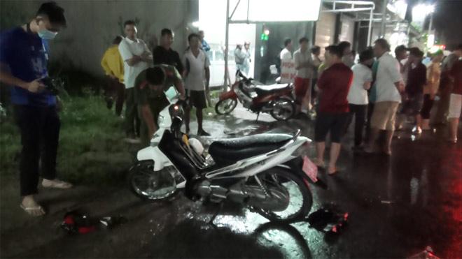 Bà bầu, bé trai 8 tuổi tử vong trên đường trong đêm mưa - 1
