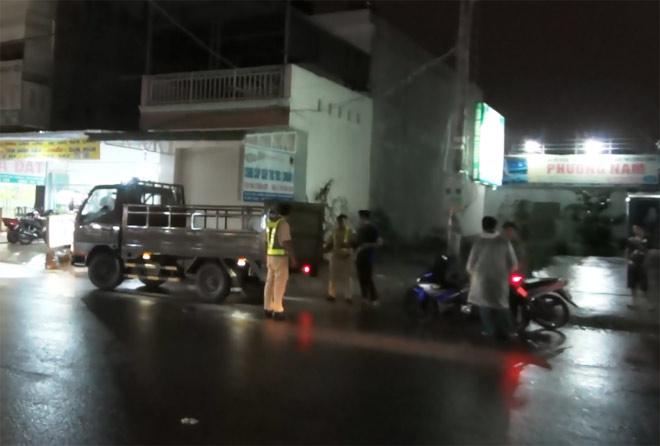 Bà bầu, bé trai 8 tuổi tử vong trên đường trong đêm mưa - 2