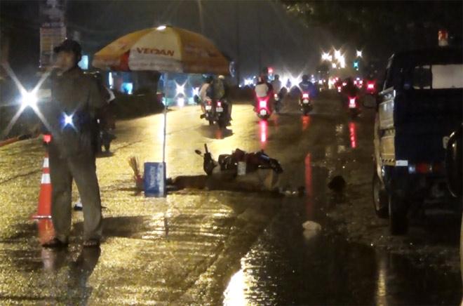 Bà bầu, bé trai 8 tuổi tử vong trên đường trong đêm mưa - 3