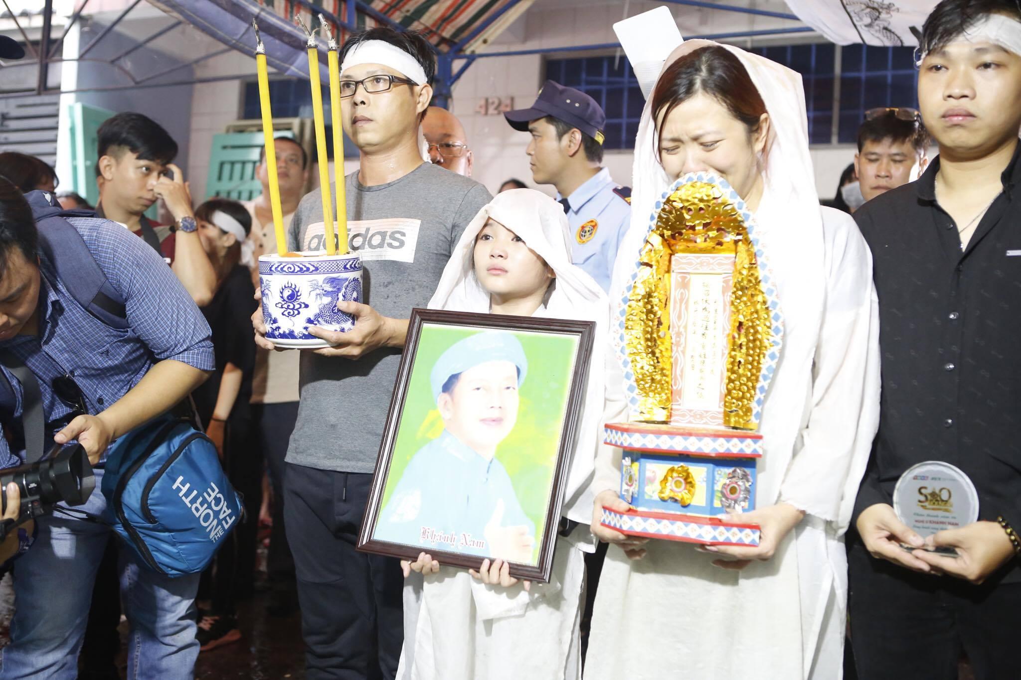 Con gái ruột Khánh Nam khóc ngất trong tang lễ của cha - 4