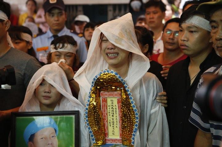 Con gái ruột Khánh Nam khóc ngất trong tang lễ của cha - 5