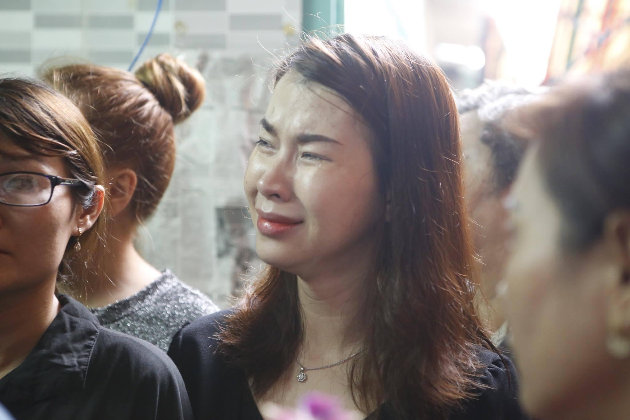 Con gái ruột Khánh Nam khóc ngất trong tang lễ của cha - 8