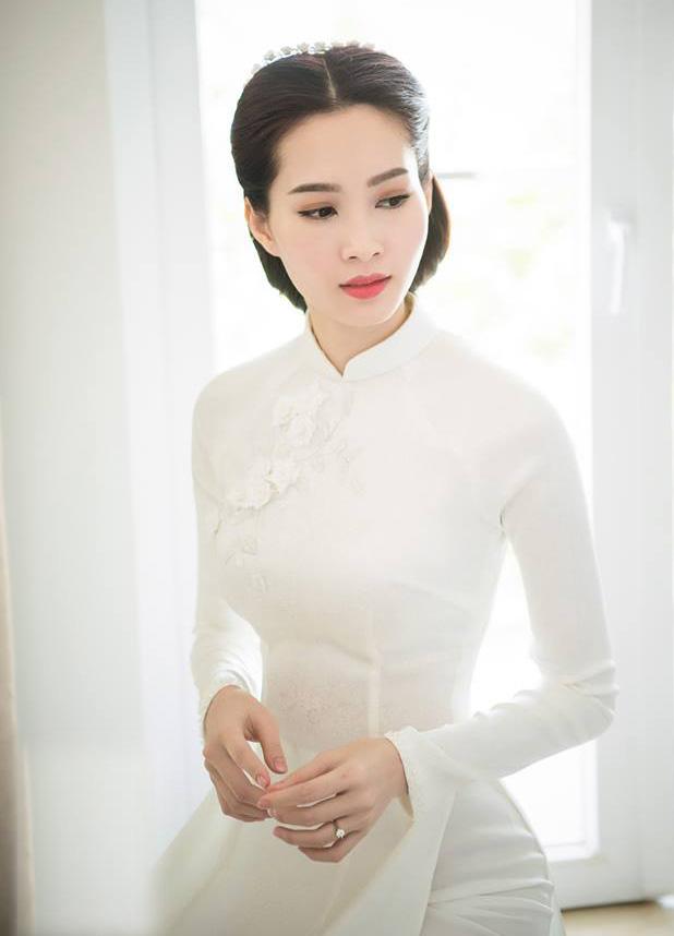 Hoa hậu Thu Thảo đẹp tựa tiên nữ trong lễ ăn hỏi bí mật - 1