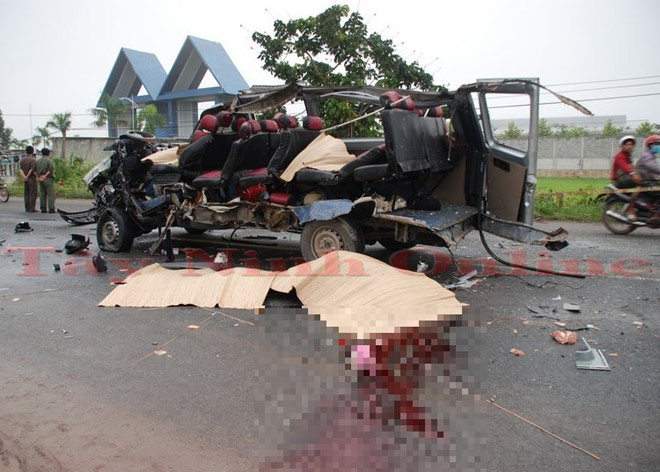 Hai ô tô biến dạng sau đối đầu kinh hoàng, 6 người chết - 1