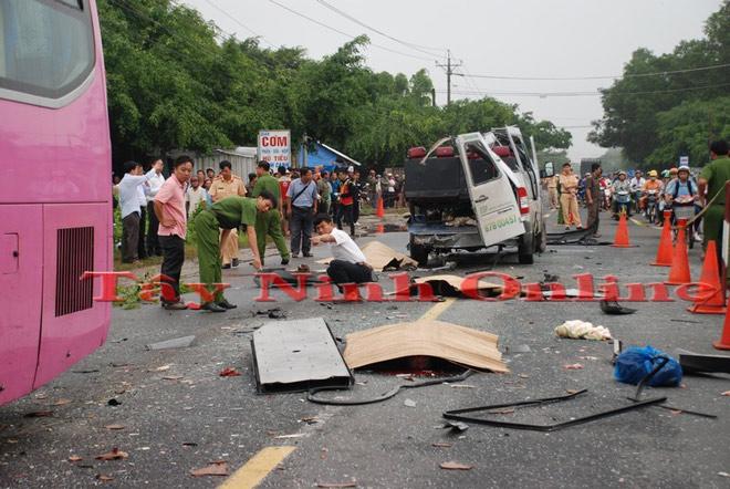 Hai ô tô biến dạng sau đối đầu kinh hoàng, 6 người chết - 2