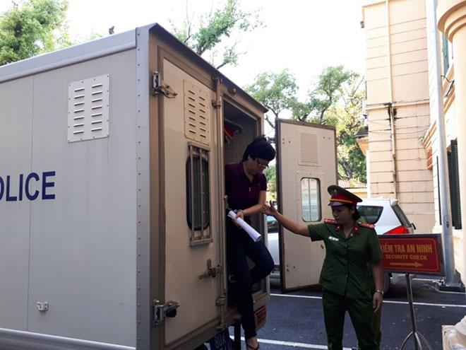 Cựu ĐBQH Châu Thị Thu Nga mặc áo phông tím, đi dép xỏ ngón đến tòa - 3