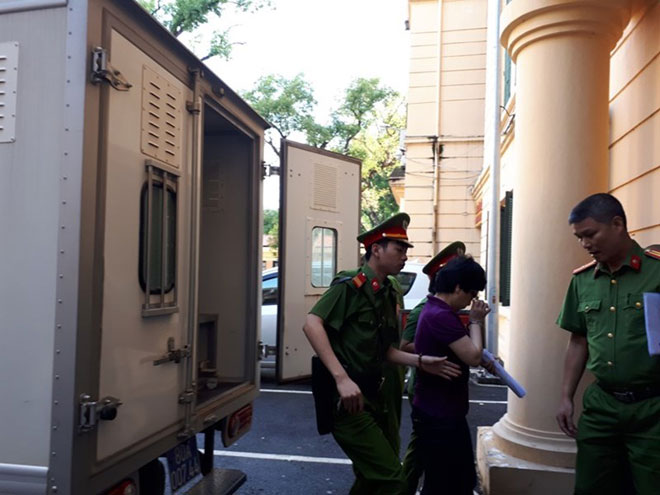 Cựu ĐBQH Châu Thị Thu Nga mặc áo phông tím, đi dép xỏ ngón đến tòa - 4