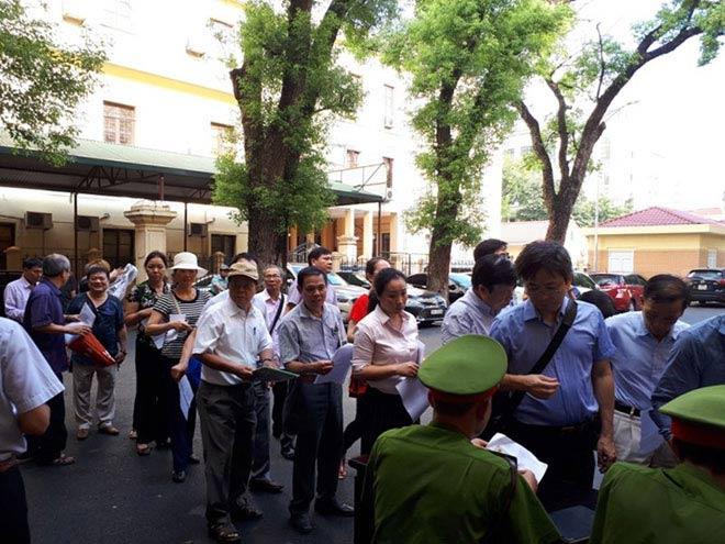 Cựu ĐBQH Châu Thị Thu Nga mặc áo phông tím, đi dép xỏ ngón đến tòa - 7