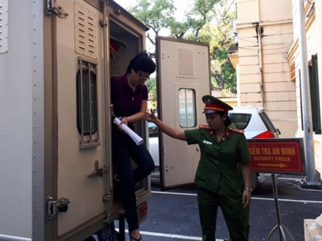 Cựu ĐBQH Châu Thị Thu Nga mặc áo phông tím, đi dép xỏ ngón đến tòa