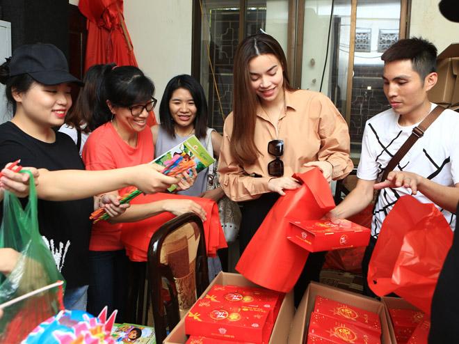 Hà Hồ giản dị tặng quà trung thu cho trẻ em nghèo - 2