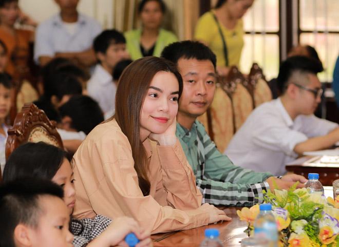 Hà Hồ giản dị tặng quà trung thu cho trẻ em nghèo - 3