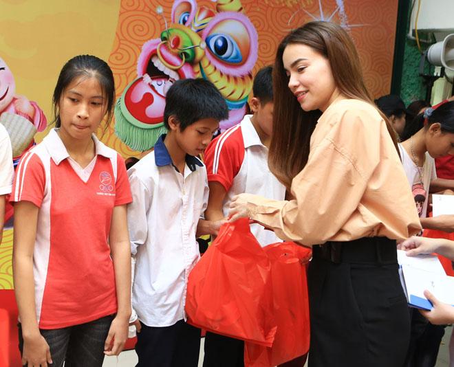 Hà Hồ giản dị tặng quà trung thu cho trẻ em nghèo - 6