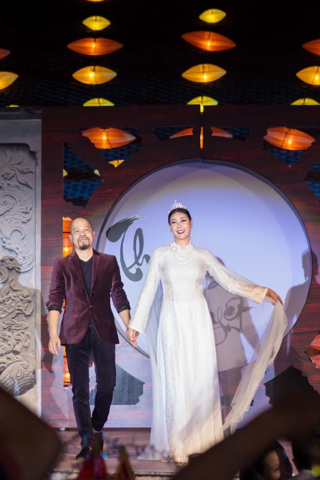 Hoa hậu Hà Kiều Anh hoá thân Hằng Nga tái xuất trên sân khấu - 1