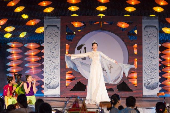Hoa hậu Hà Kiều Anh hoá thân Hằng Nga tái xuất trên sân khấu - 2
