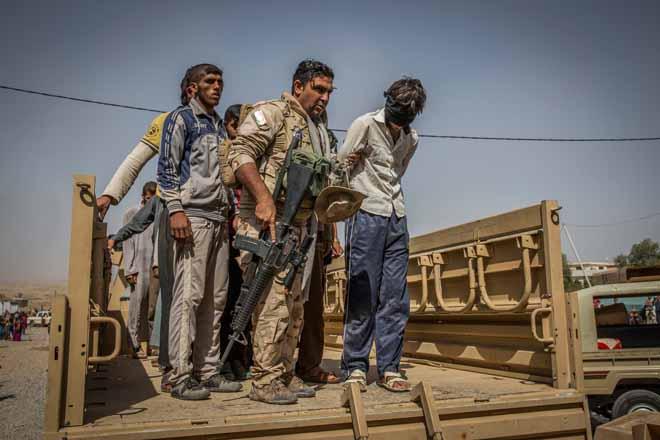 Hàng trăm khủng bố IS quỳ gối xin hàng, tự nhận là đầu bếp - 1