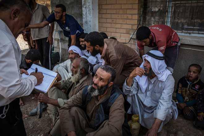 Hàng trăm khủng bố IS quỳ gối xin hàng, tự nhận là đầu bếp - 3
