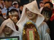 Con gái ruột Khánh Nam khóc ngất trong tang lễ của cha