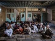 Thế giới - Hàng trăm khủng bố IS quỳ gối xin hàng, tự nhận là đầu bếp