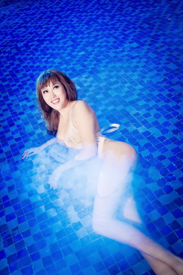 """""""Bấn loạn"""" vì Phi Thanh Vân khoe ngực đầy tạo dáng ướt sũng ở bể bơi - 6"""