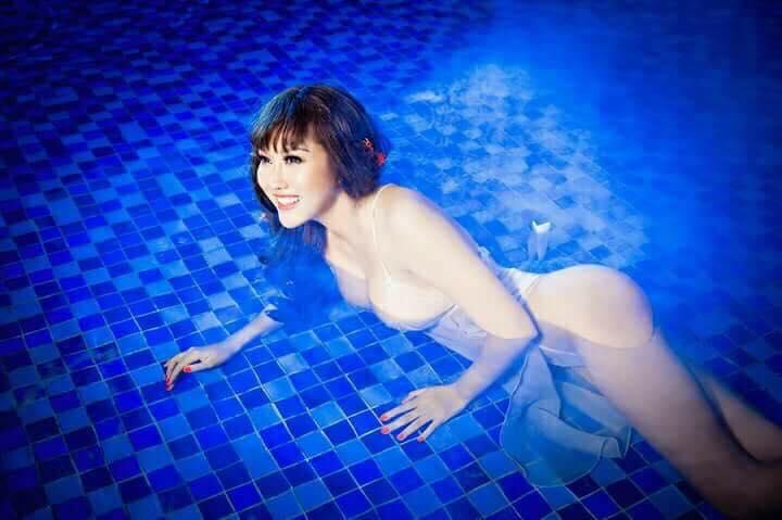 """""""Bấn loạn"""" vì Phi Thanh Vân khoe ngực đầy tạo dáng ướt sũng ở bể bơi - 13"""
