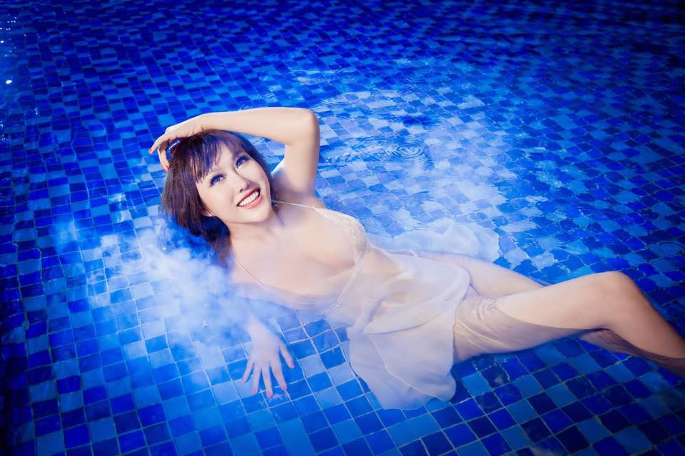 """""""Bấn loạn"""" vì Phi Thanh Vân khoe ngực đầy tạo dáng ướt sũng ở bể bơi - 11"""