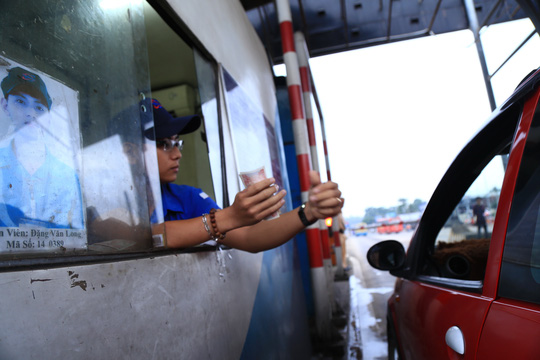 Tài xế đưa tiền lẻ, BOT tuyến tránh Biên Hòa không xả trạm - 2