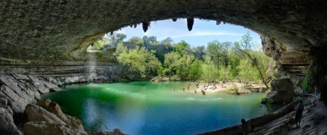 Hồi bơi Hamilton, bang Texas, Mỹ: Từ thành phố Austin, du khách mất khoảng 30 phút lái xe để tới bể bơi tự nhiên Hamilton, với nước trong xanh như ngọc và được bao quanh bởi vách núi đá vôi.