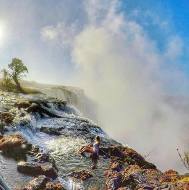 Hồ bơi Tử thần, Zambia: Giống như tên gọi, bể bơi vô cực tự nhiên nhìn xuống thác Victoria vô cùng nguy hiểm và chỉ dành cho những du khách gan dạ.