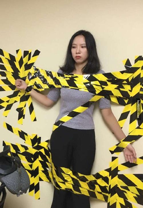 TQ: Nữ nhân viên bị sếp dán lên tường do vi phạm luật giao thông - 1