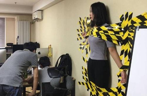 TQ: Nữ nhân viên bị sếp dán lên tường do vi phạm luật giao thông - 2
