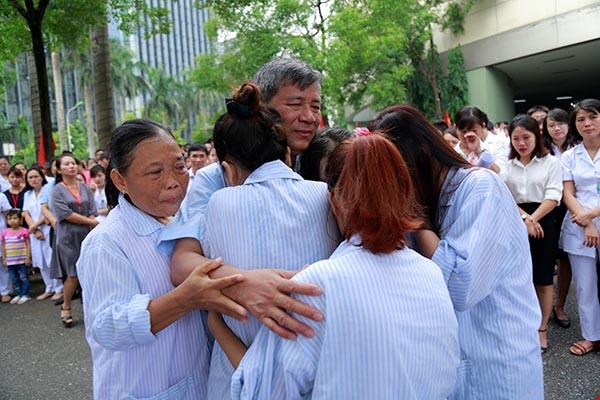 Lần đầu trong lịch sử ngành y, Viện trưởng về hưu cả bệnh viện bật khóc - 5