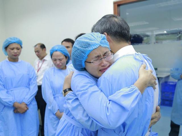 Lần đầu trong lịch sử ngành y, Viện trưởng về hưu cả bệnh viện bật khóc
