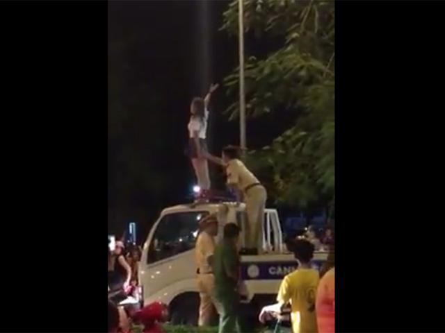 """Clip: Cô gái trèo lên nóc xe CSGT, liên tục hô """"giết người"""" - 1"""