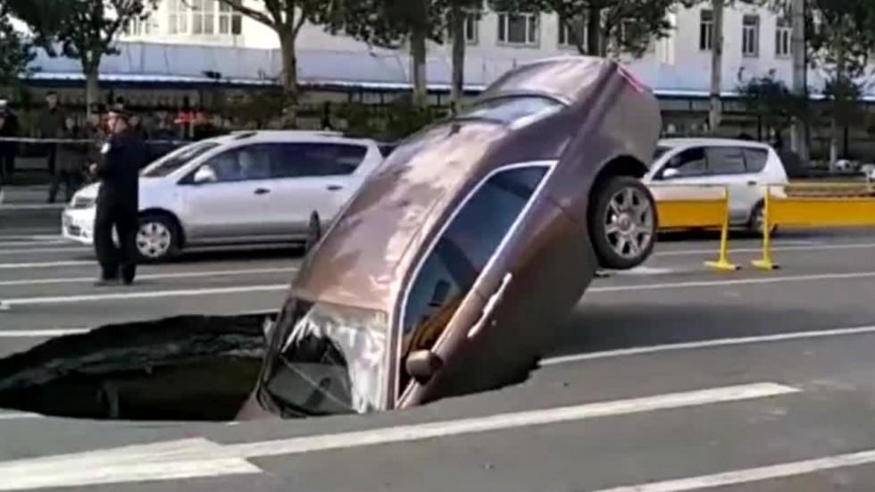 TQ: Tự dưng đất toác ra, kéo siêu xe 17 tỷ cắm đầu xuống - 1