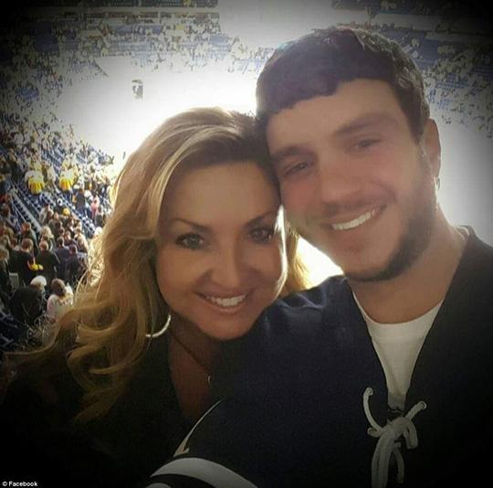 Vụ thảm sát Las Vegas: Chồng xả thân che đạn cứu vợ - 1