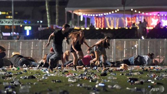 """Vợ chồng sao """"Tân dòng sông ly biệt"""" thoát chết trong vụ xả súng tại Las Vegas - 1"""